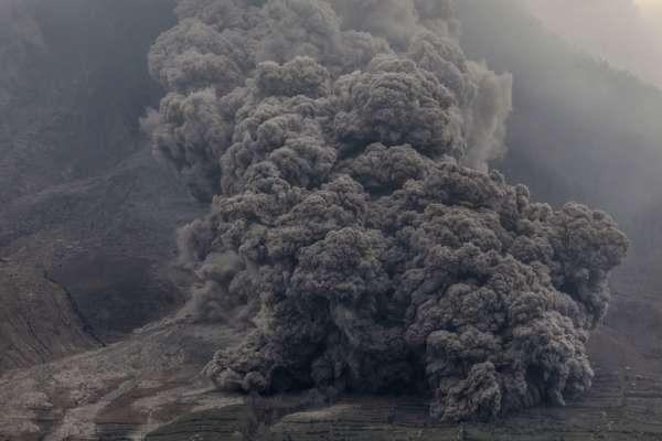 Столб дыма на 4,5 километра: на Суматре активизировался вулкан Синабунг. Видео