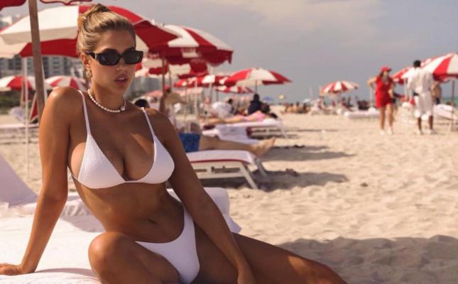 Пышногрудая мексиканская модель позагорала на пляже в бикини