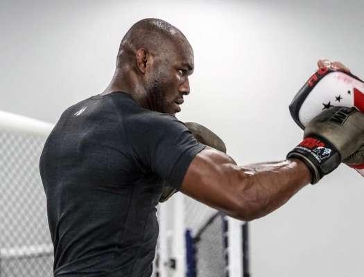Чемпіон UFC показав, як правильно стояти в планці. Відео