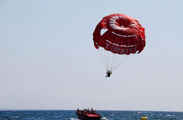 Отдых закончился трагедией: в Египте украинка врезалась в катер во время катания на парашюте. Видео