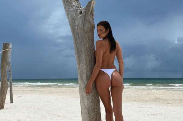 Засвітила сосок: модель Ірина Шейк знялася топлес