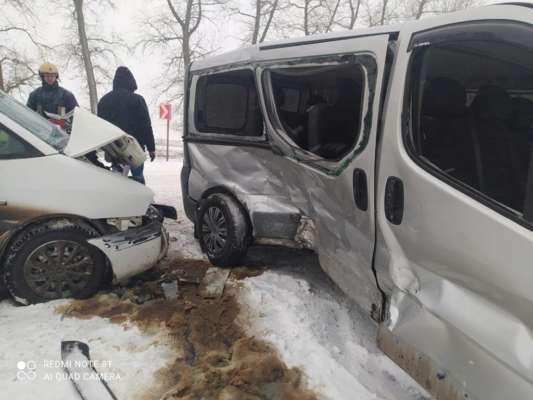 На Тернопільщині в ДТП постраждали шестеро дорослих і двоє дітей. Фото