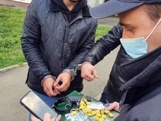 """""""Закладки"""" по 70 гривень. Поліція Києва затримала розповсюджувача наркотиків"""
