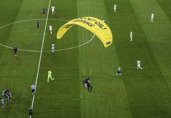 Що це було? Перед матчем Німеччина - Франція на поле приземлився дельтаплан (ВІДЕО)