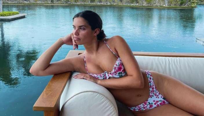 Сногсшибательная Сара Сампайо поплавала в Адриатическом море в купальнике