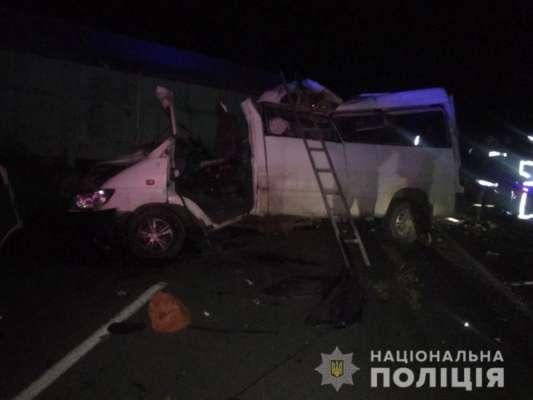 В Николаевской области столкнулись грузовики и микроавтобус: среди погибших ребенок