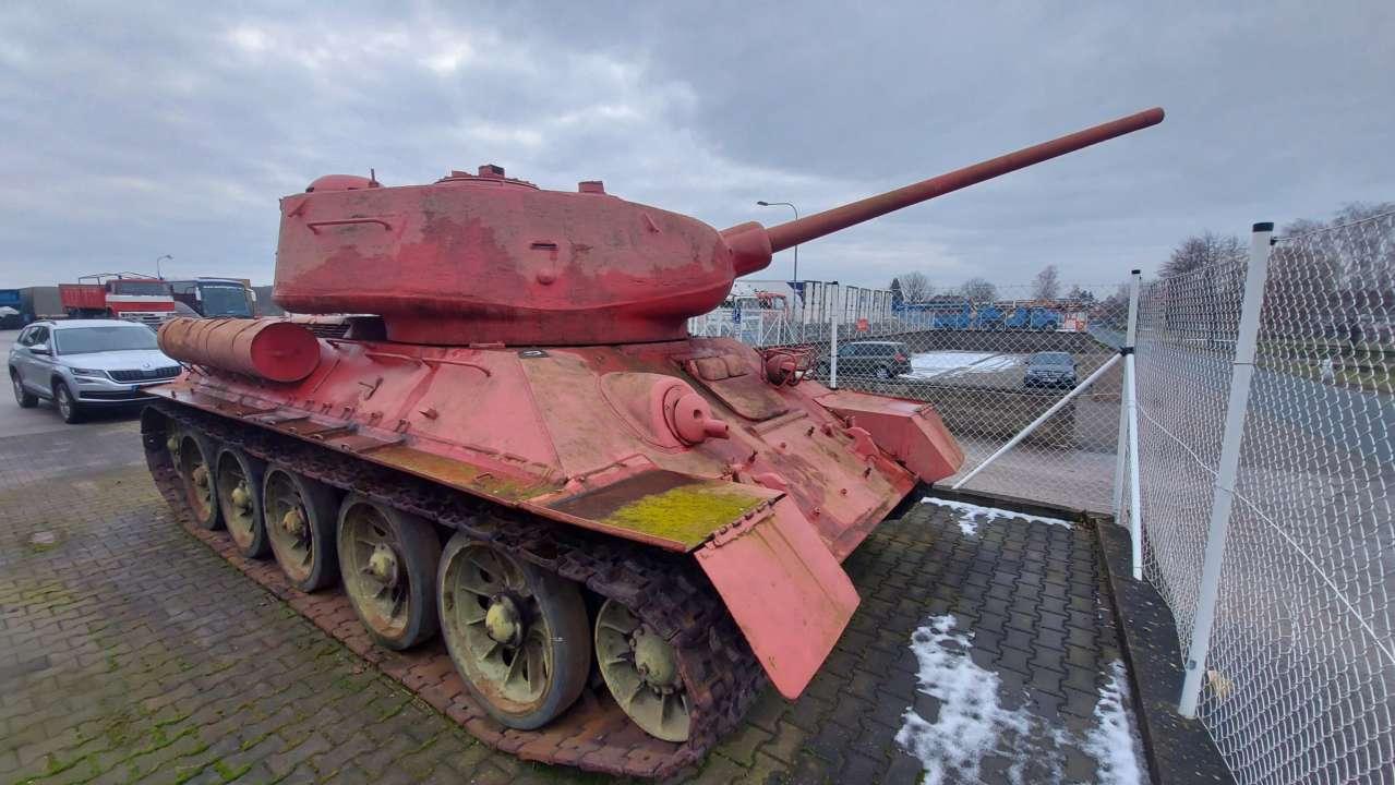 У Чехії чоловік здав поліцейським рожевий танк та самохідну артилерійську установку