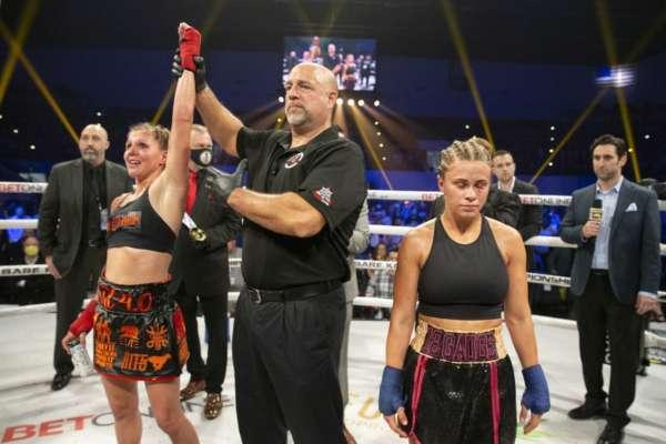 Колишня зірка UFC Пейдж Ванзант програла перший бій на голих кулаках