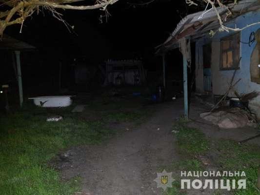Двор дома, где мужчина подпалил соседку