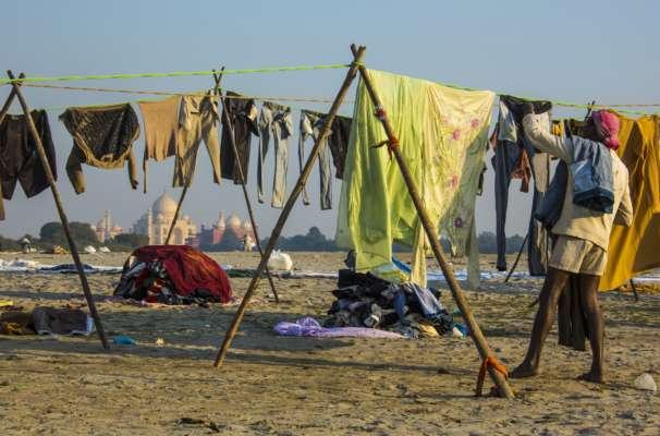 Правосудие по-индийски: извращенца заставили стирать одежду всех женщин поселения за домогательства