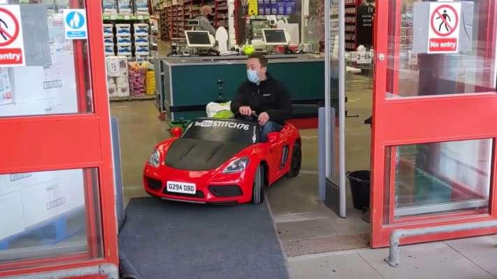 Чоловік за кермом дитячої машини