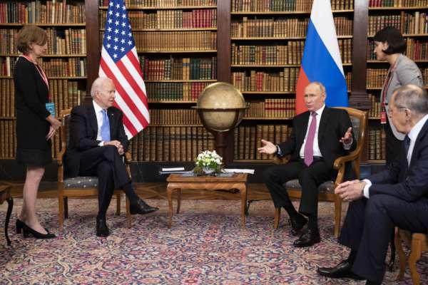 Россия сейчас в очень затруднительном положении — Байден