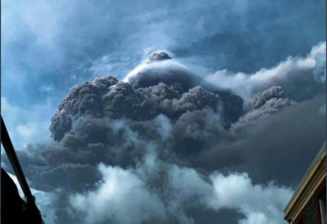 На Карибах проснулся один из древнейших вулканов: невероятные кадры, снятые очевидцами