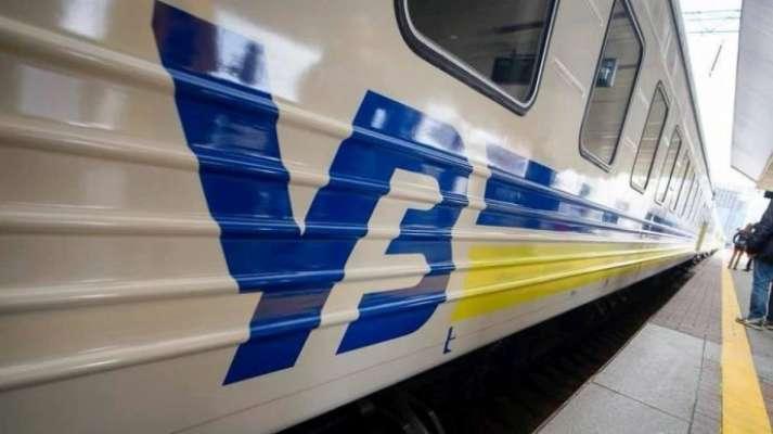 Два пасажирських поїзди Укрзалізниці заблоковано через снігові замети
