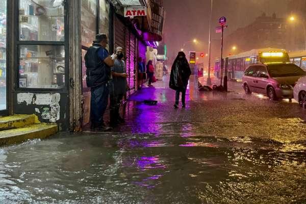 """Ураган """"Ида"""": житель Нью-Йорка плавает по улицам города на матрасе и курит кальян. Видео"""