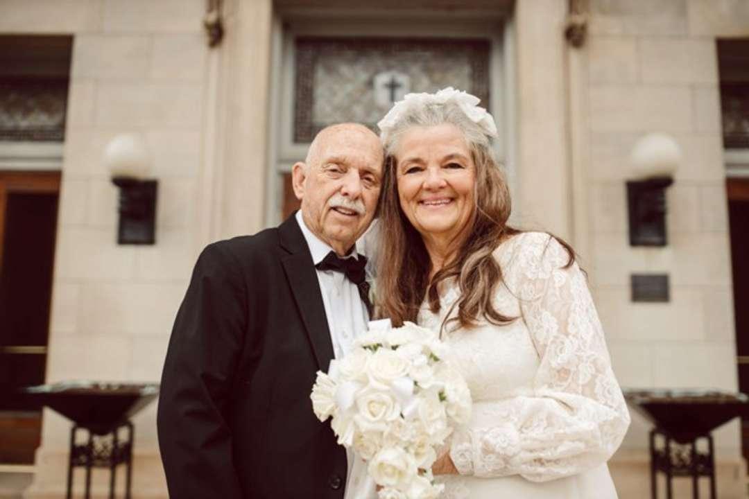 ФОТО. Сімейна пара повторила весільну фотосесію після 50 років шлюбу