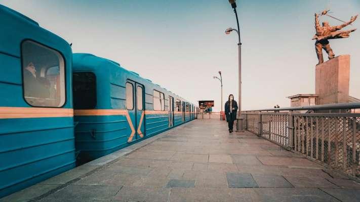 С пистолетами и газовыми баллонами: в центре Киева на станции метро произошла массовая драка. Видео