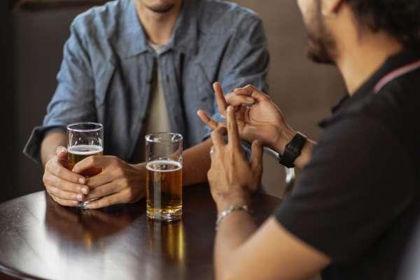 Мужчини с пивом