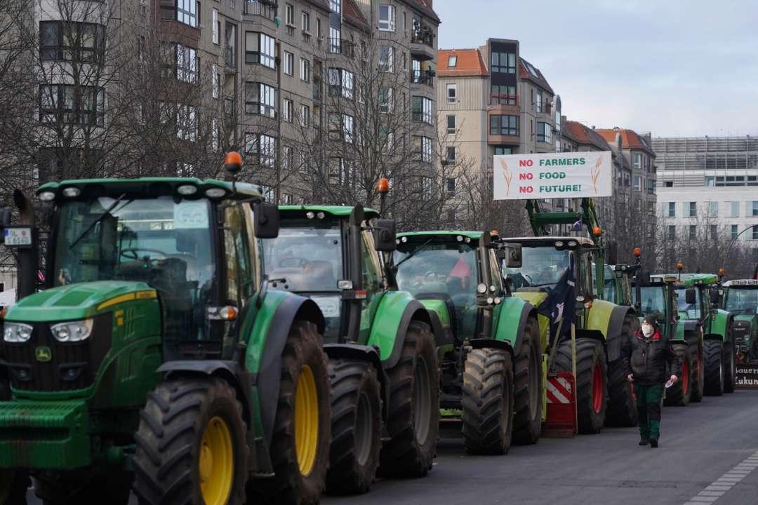 У Франції понад тисячу фермерів на тракторах заблокували рух трасою. Відео