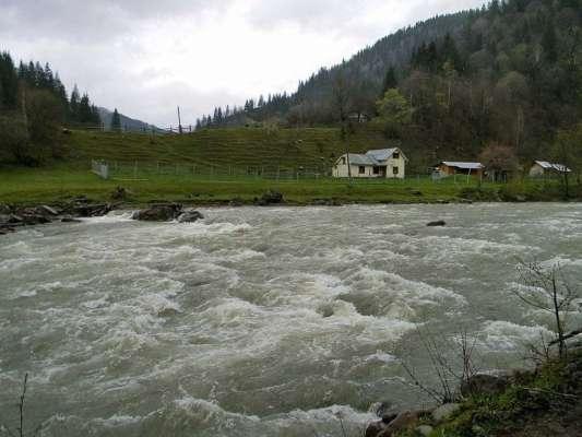 Є загроза паводка: на Прикарпатті піднялася вода у річці Прут