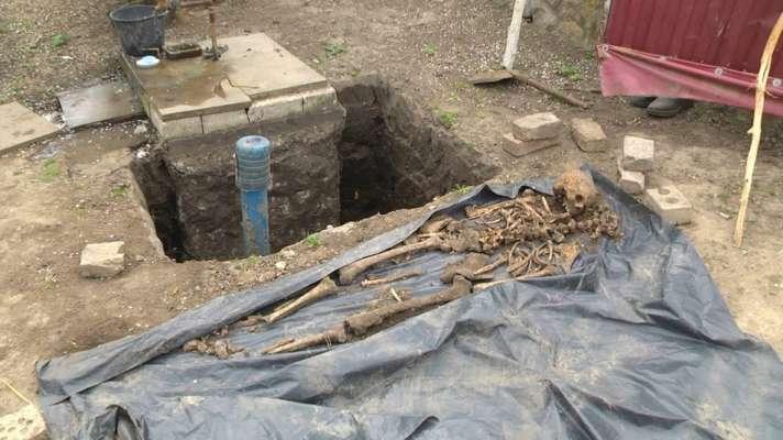 Несподівана знахідка: чоловік копав криницю та натрапив на скелет