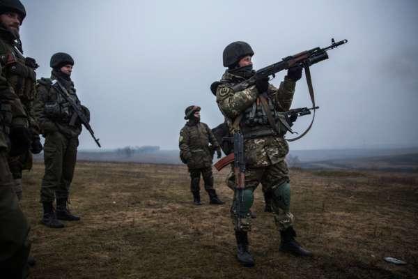 Украинские войска из батальона Донбасса тренируются со стрелковым оружием