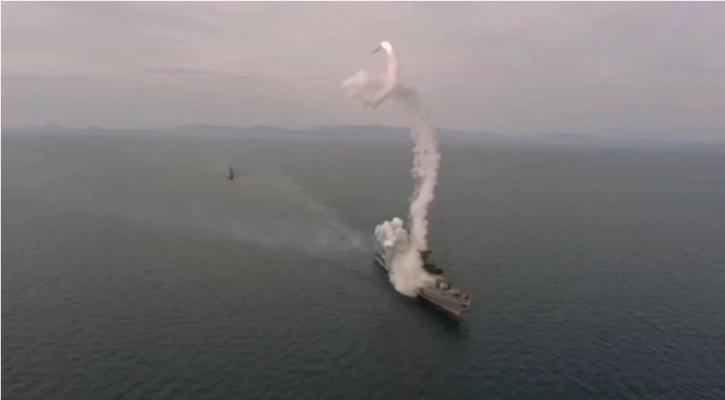 Российский военный корабль во время испытаний едва не подстрелил сам себя. Видео