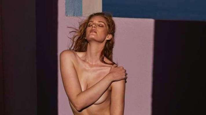 Сексуальна Алексіна Грем оголилася в ліжку