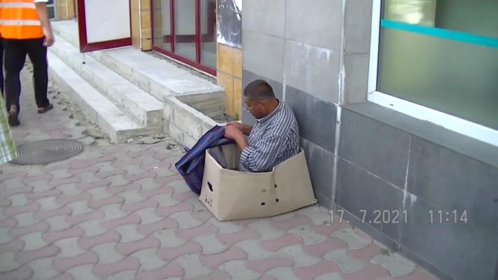 """В Черновцах охранники """"исцелили"""" нищего, который выдавал из себя безногого"""