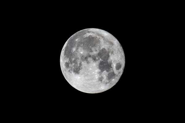 Ученые нашли на Луне следы железа, которого нет на Земле