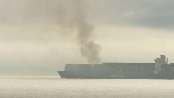 В проливе Хуан-де-Фука Хорти горит судно с опасными веществами