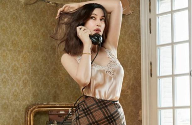 В прозрачном платье-сетке: Моника Беллуччи ошеломила откровенным фото