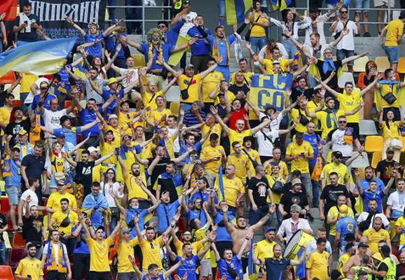 """Чтобы все услышали. Как украинские фанаты пели """"Червону руту"""" в Бухаресте (ВИДЕО)"""