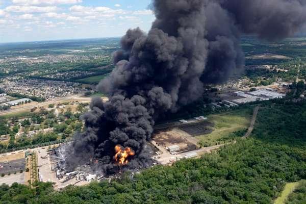 В США произошел масштабный пожар на химическом предприятии: впечатляющие фото и видео катастрофы