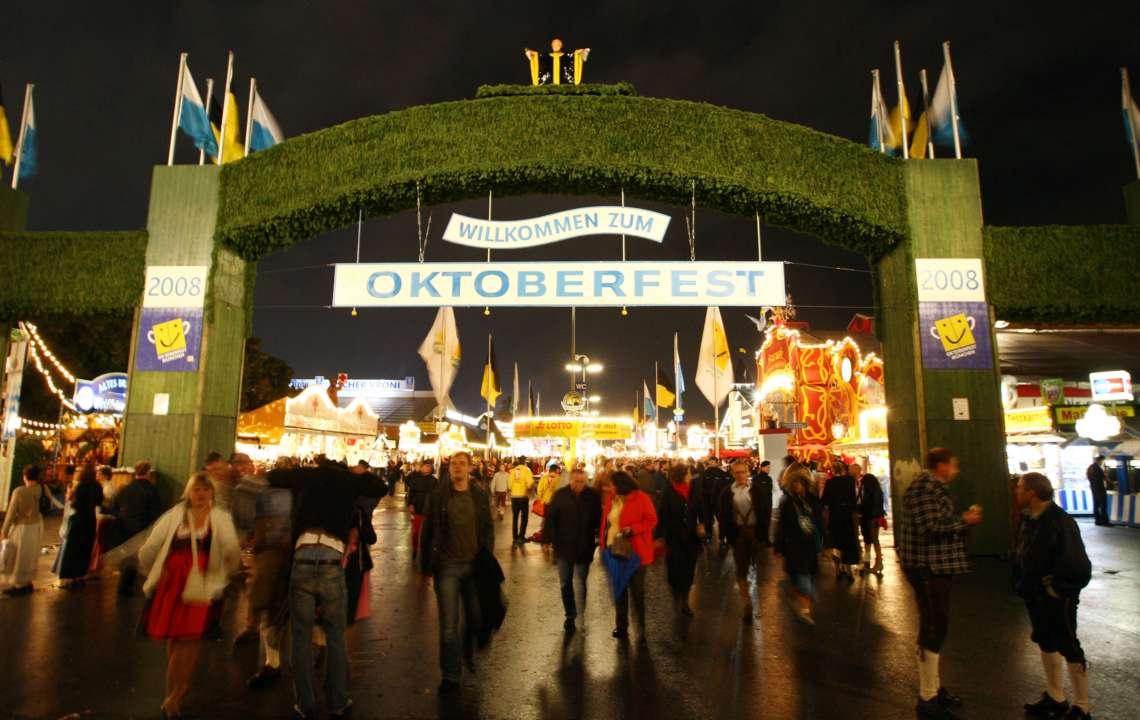 """Вхід на пивний фестиваль """"Октоберфест"""" у 2008 році"""