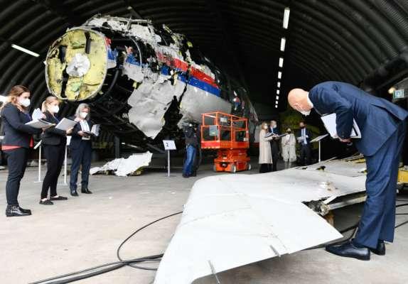 Судья Хендрик Стинхуис осматривает реконструкцию обломков MH17