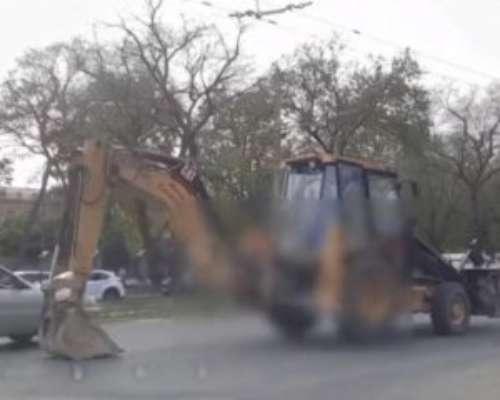 В Одессе тракторист необычным способом передвигался по городу