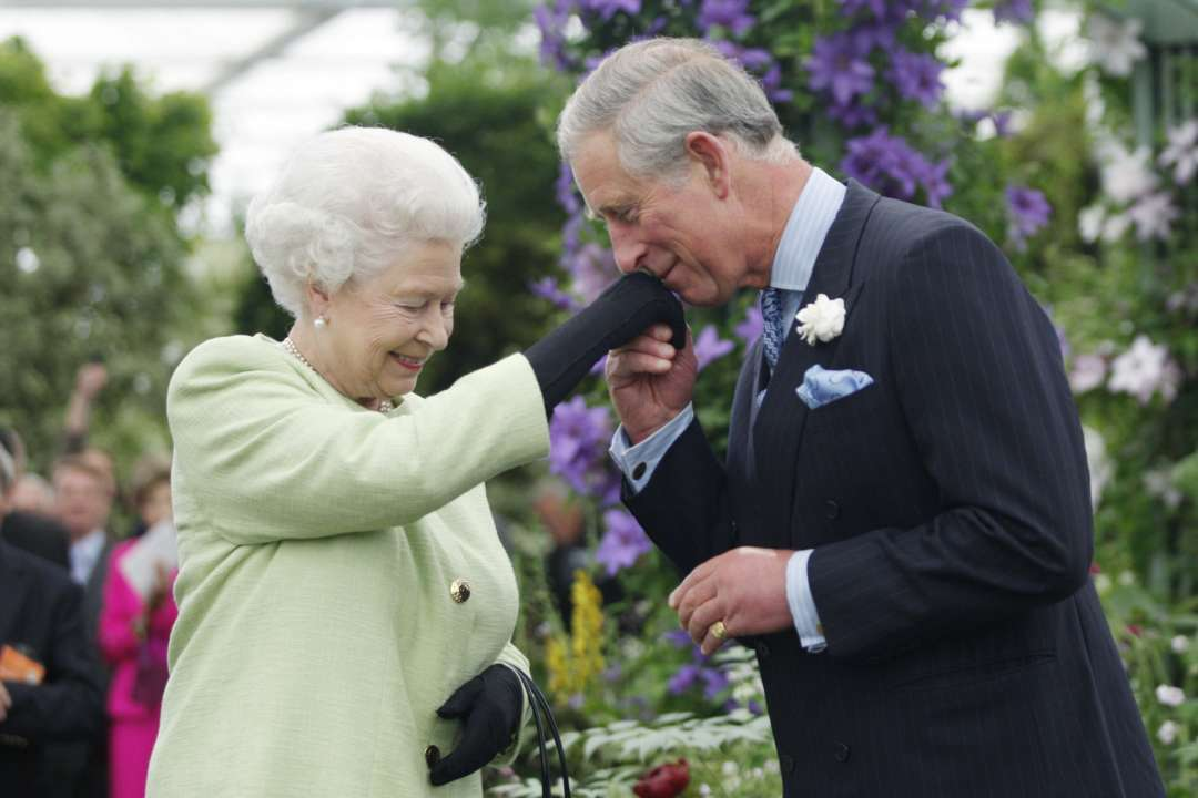 Елизавета II и принц Чарльз поздравили британцев с Пасхой