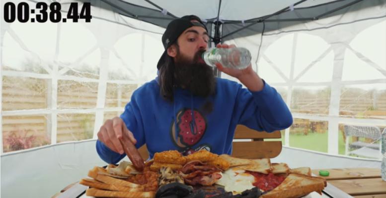 блогер побил рекорд во время завтрака