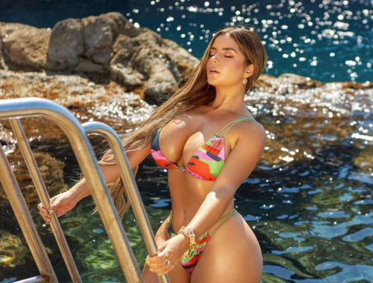 Модель Демі Роуз засвітила шикарні груди у відвертому купальнику