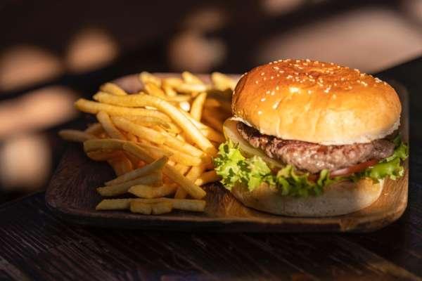 Картошка фри и бургер