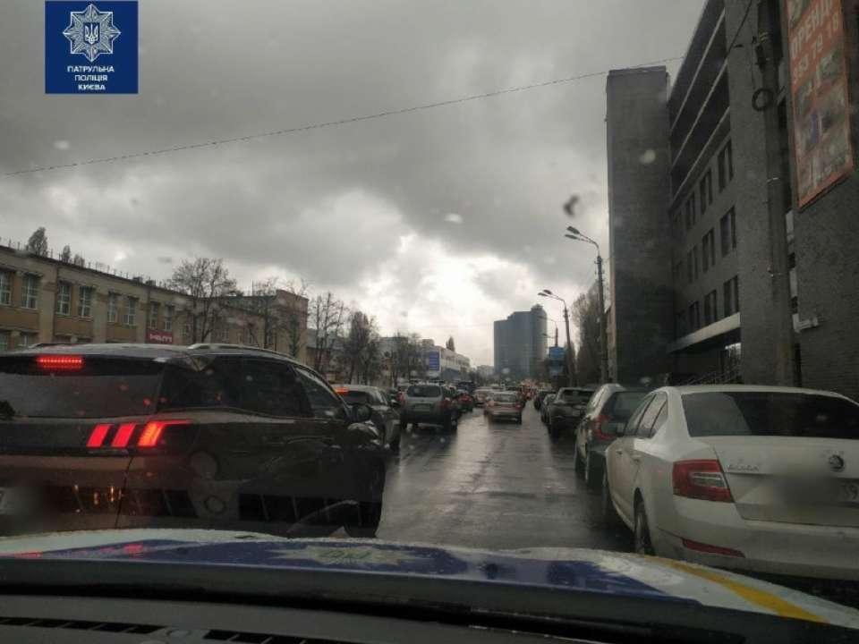 """""""Надуло ветром"""": в Киеве мотоциклист скрыл номера женскими трусами"""