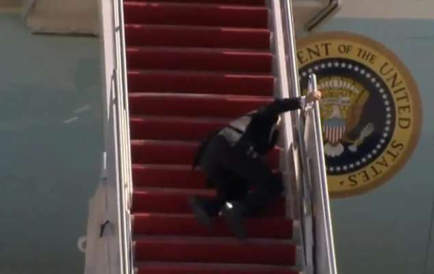 Байден три рази спіткнувся, коли піднімався на борт літака. Відео
