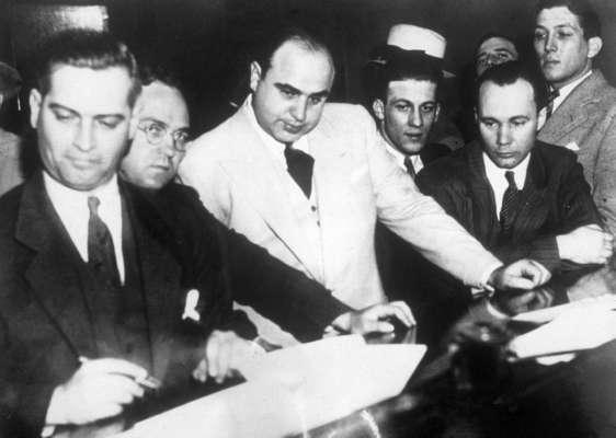 Меблі, зброя та прикраси: у США виставили на аукціон речі легендарного Аль Капоне
