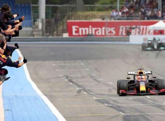 Ферстаппен за круг до финиша вырвал победу у Льюиса на Гран-при Франции