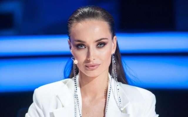Актриса Ксения Мишина показала грудь в пиджаке на голое тело