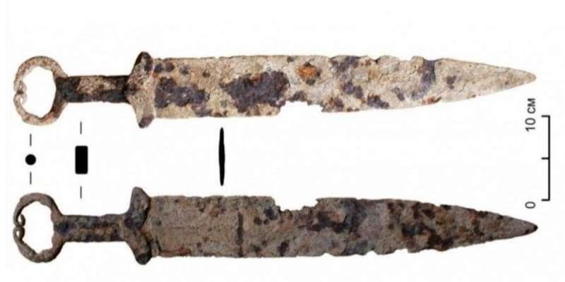 У Сибіру серед металобрухту знайшли меч, якому декілька тисяч років