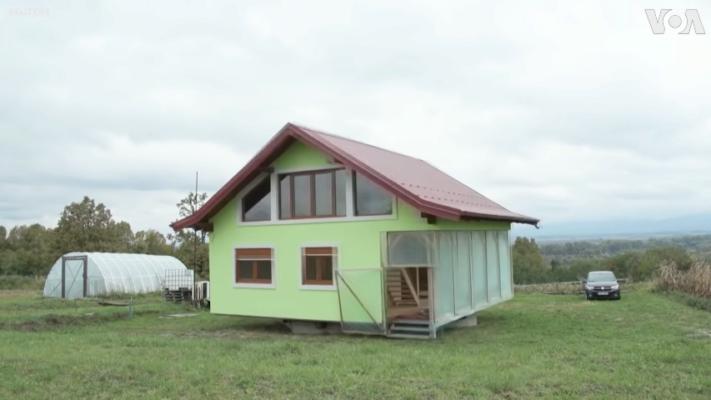 Жене не нравился вид из окна: мужчина собственноручно построил вращающийся дом. Видео