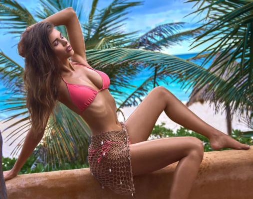 Модель Катаріна Мазепа сексуально позувала на пляжі у відвертому купальнику