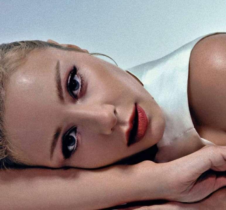 Тина Кароль в откровенном образе появилась в новом live-клипе